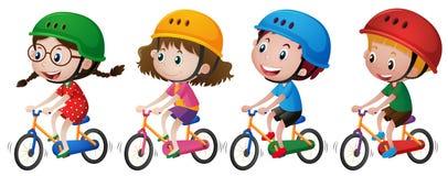 Vier Kinder, die an Fahrrad mit Sturzhelm reiten Stockbilder