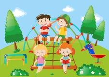 Vier Kinder, die im Spielplatz spielen Lizenzfreie Stockfotografie
