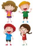 Vier Kinder, die mit Rissen schreien Lizenzfreie Stockbilder