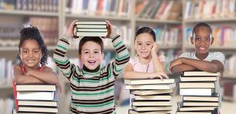 Vier kinderen in de bibliotheek Stock Fotografie