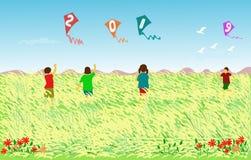 Vier kinderen spelen een vlieger met een waarde van 2019 op een gebied van riet stock fotografie