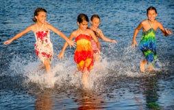 Vier kleine Mädchen, die Spaß im Wasser in Ada-bojana, Montene haben Lizenzfreies Stockbild