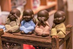 Vier kleine monniken, sluiten omhoog van hand de kleine standbeelden met het concept van geen kwaad zien, geen kwaad horen, geen  stock afbeelding