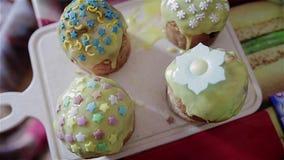 Vier kleine mooie Pasen-cakes zijn op de lijst Zeer aardig behandelt stock videobeelden