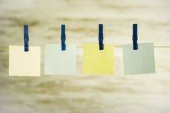 Vier kleurden kaarten die op een koord hangen, dat met blauwe gespen wordt vastgemaakt royalty-vrije stock afbeelding
