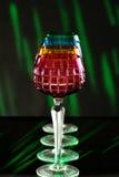 Vier kleurenglazen op een barteller Stock Afbeeldingen
