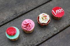 Vier kleurrijke cupcakes royalty-vrije stock foto