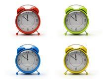 Vier kleurrijke wekkers die op witte 3D achtergrond worden geïsoleerdi Royalty-vrije Stock Foto