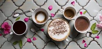 Vier koppen van hete aromatische koffie en chocolade Belgische hete chocolade, espresso, espressomacchiato en latte royalty-vrije stock fotografie
