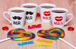 Vier koppen van koffie voor vrienden, regenbooglollys, liefde en harten Stock Fotografie