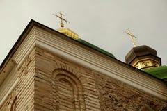 Vier Kreuze auf goldenen grünen Hauben gegen einen grauen Himmel Lizenzfreies Stockfoto