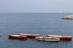 Vier leere Boote im Hafen von adriatischem Meer am bewölkten Tag Vorderansicht von zwei Ladung-LKWas Segeln- und Fischenkonzept stockbild