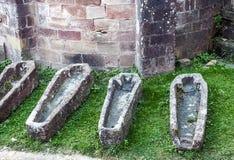 Vier leere Gräber Stockbild