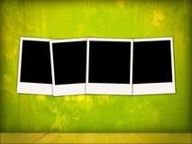 Vier leere Polaroide im Weinlese-Raum Stockfoto