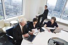 Vier Leitprogramme, die in einem Konferenzsaal sich treffen. lizenzfreies stockfoto