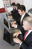 Vier Leitprogramme mit Laptopen. stockbild