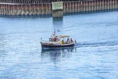 Vier Leute im kleinen Kajütboot Lizenzfreies Stockfoto