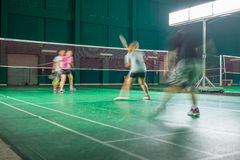 Vier Leute spielen Badminton Lizenzfreie Stockfotos
