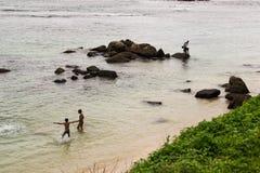 Vier lokale Jungen auf seichtem Wasser, Sri Lanka stockfotografie