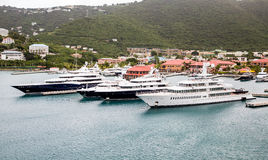 Vier Luxusyachten in St. Thomas Harbor Stockbild