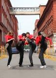 Vier Mädchen, die auf Straße stehen Stockbilder