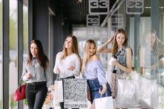 Vier Mädchen, die im Einkaufszentrum gehen stockfoto