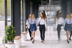 Vier Mädchen, die im Einkaufszentrum gehen lizenzfreies stockfoto