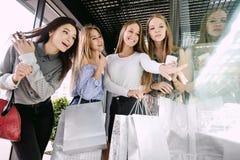 Vier Mädchen, die im Einkaufszentrum kaufen stockfoto