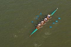 Vier Männer, die auf der Donau rudern stockfotos