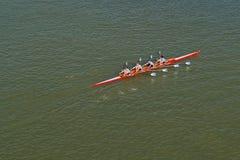 Vier Männer, die auf der Donau rudern stockfoto