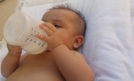 Vier maanden oud van de babyjongen de consumptiemelk van bootle Royalty-vrije Stock Foto
