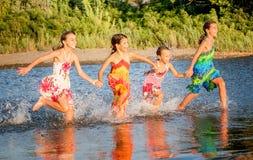 Vier meisjes die pret in het water in Ada bojana, Montene hebben Royalty-vrije Stock Foto's