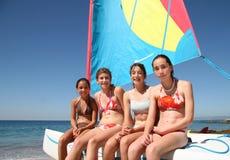 Vier meisjes op een boot Stock Afbeeldingen