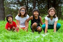 Vier meisjes samen op grasgebied. Royalty-vrije Stock Foto