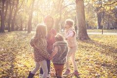 Vier Meisjes in weide stock afbeelding