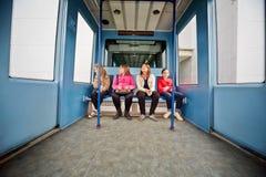 Vier meisjes zitten in vervoer van monorailtrein Stock Afbeelding