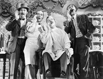 Vier mensen bij een kapper winkelen zingend (Alle afgeschilderde personen leven niet langer en geen landgoed bestaat Leveranciers Royalty-vrije Stock Afbeeldingen