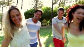 Vier mensen die handen houden zoals stock video