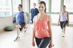 Vier mensen die zich in aerobicsklasse uitrekken Royalty-vrije Stock Foto