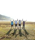 Vier mensen met het open wapens genieten van Royalty-vrije Stock Afbeelding