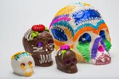 Vier Mexicaanse Calaverita DE azucar Suikergoedschedel en Calaverita DE Chocolate, Royalty-vrije Stock Afbeeldingen