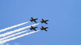 Vier Militärflugzeuge, die in die Gruppe fliegen Stockbild
