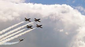 Vier Militärflugzeuge, die in die Gruppe fliegen Lizenzfreie Stockbilder