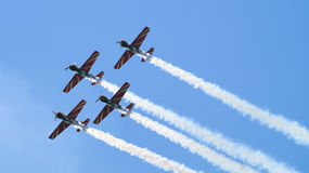 Vier Militärpropellerflugzeuge, die in die Gruppe fliegen Stockbild