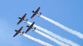 Vier militaire propellervliegtuigen die in de groep vliegen stock afbeelding