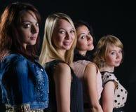 Vier modieuze mooie vrouwen royalty-vrije stock fotografie