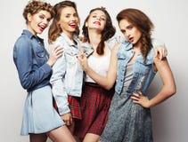 Vier modieuze sexy meisjes beste vrienden stock afbeeldingen