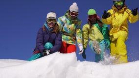 Vier mooie jongeren hebt pret boven de sneeuwberg stock footage