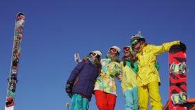Vier mooie jongeren hebt pret boven de sneeuwberg stock video