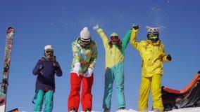 Vier mooie jongeren hebt pret van de sneeuwberg stock video